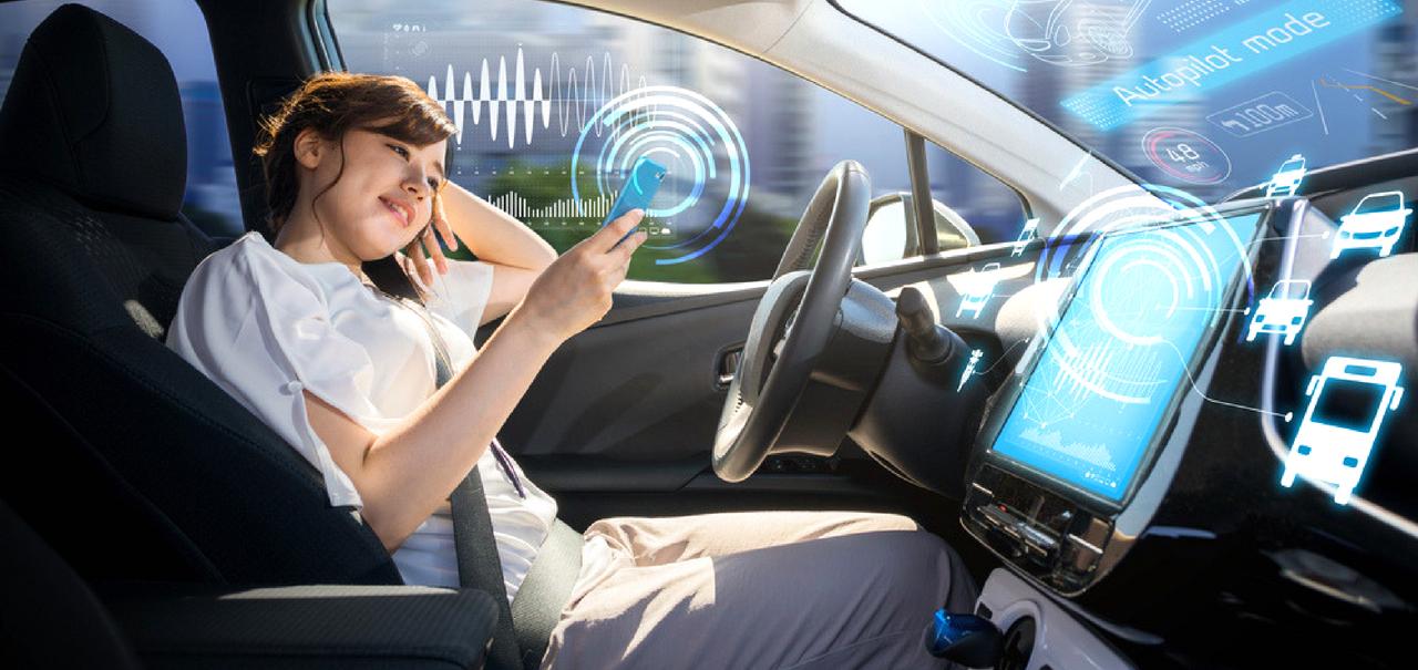 Frau im Auto nutzt autonomes Fahren